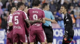 Los jugadores del Real Valladolid protestan una de las dudas decisiones de Arcediano Monescillo | Foto: LaLIga