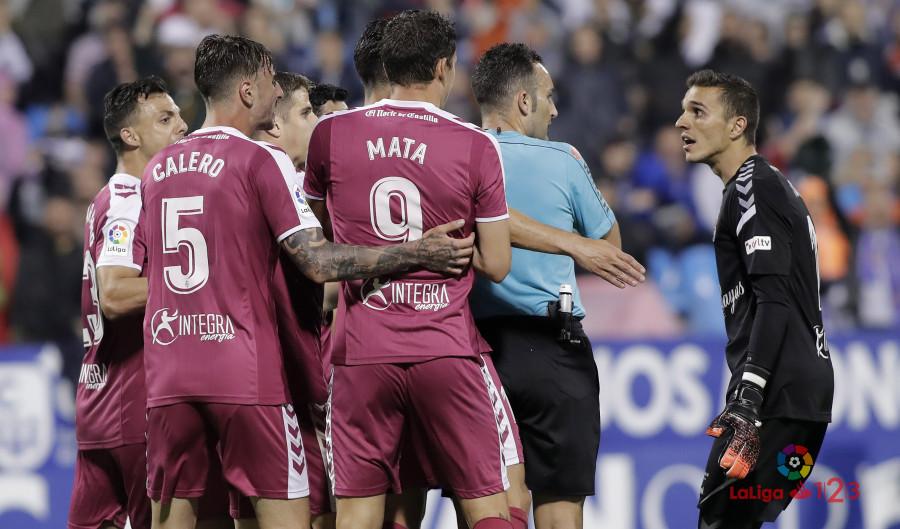 Los jugadores del Real Valladolid protestan una de las dudas decisiones de Arcediano Monescillo | <em><strong>Foto: LaLiga</strong></em>