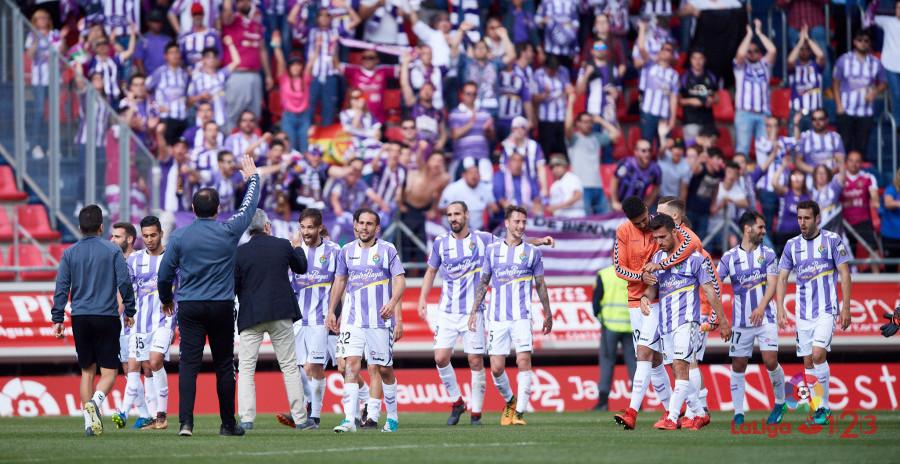 Los jugadores del Real Valladolid celebran, junto a la afición, la victoria en Los Pajaritos   <em><strong>Foto: LaLiga</strong></em>