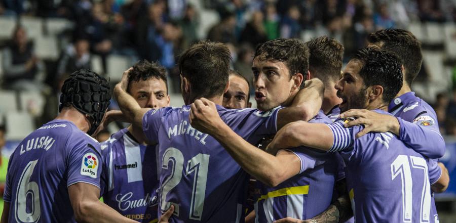 El Real Valladolid celebra el gol de Jaime Mata en el Estadio Carlos Tartiere | <em><strong>Foto: LaLiga</strong></em>