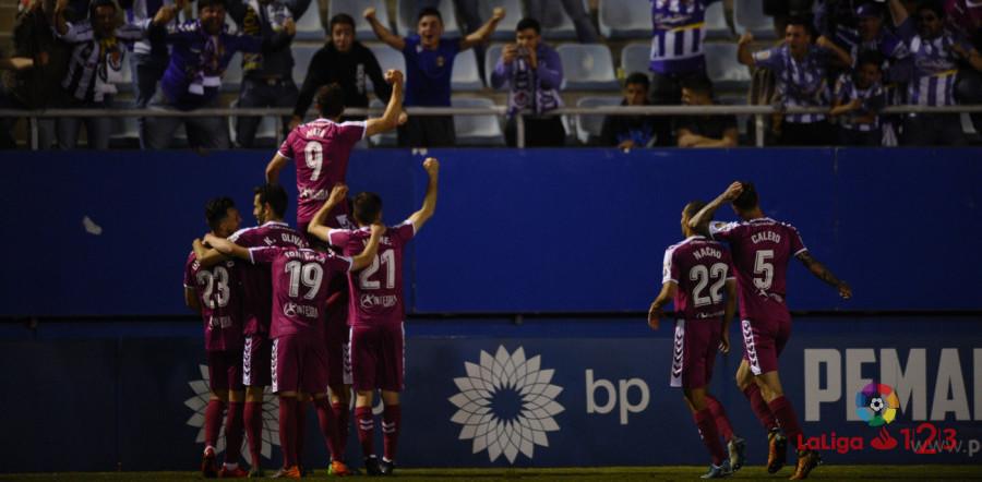 El Real Valladolid celebra con la afición desplazada a Lorca un gol de Jaime Mata | <em><strong>Foto: LaLiga</strong></em>