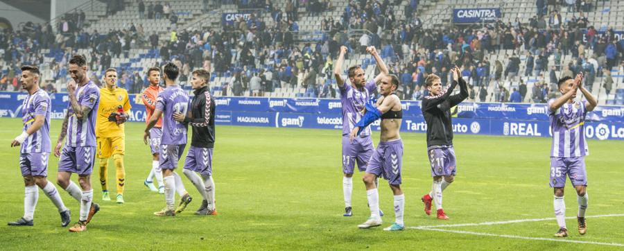 Los jugadores del Real Valladolid celebran la victoria sobre el césped del Estadio Carlos Tartiere | <em><strong>Foto: LaLiga</strong></em>