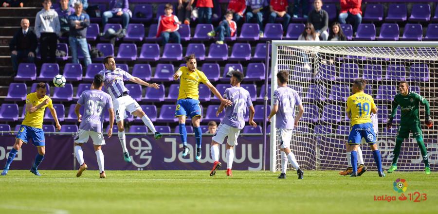 Momento en el que Servando Sánchez remata el balón que suponía el empate gaditano | <em><strong>Foto: LaLiga</strong></em>