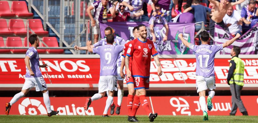 Borja Fernández es felicitado tras el tanto de la victoria anotado en Soria | <em><strong>Foto: LaLiga</strong></em>