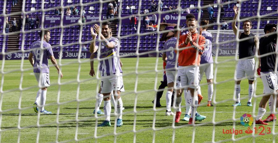 Los jugadores del Real Valladolid saludan a la afición tras el final del partido | <em><strong>Foto: LaLiga</strong></em>
