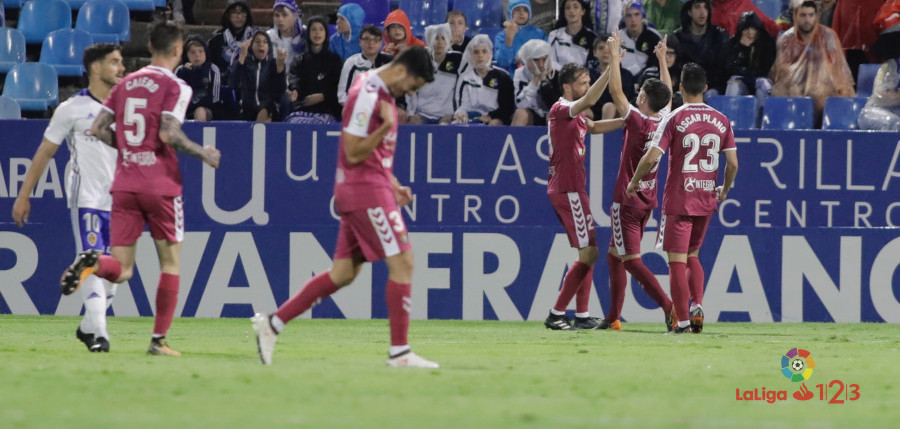 El Real Valladolid celebra el tanto anotado por Toni Villa en La Romareda | <em><strong>Foto: LaLiga</strong></em>