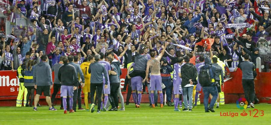 Afición y jugadores del Real Valladolid celebran la victoria y clasificación en Gijón | <em><strong>Foto: LaLiga</strong></em>