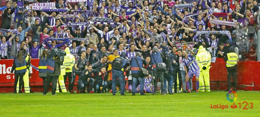 El Real Valladolid celebra junto a su afición, la clasificación en el Estadio de El Molinón | <em><strong>Foto: LaLiga</strong></em>