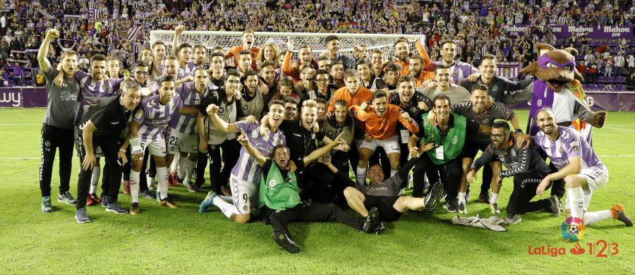El Real Valladolid, en la celebración tras conseguir el pase al play-off de ascenso | <em><strong>Foto: LaLiga</strong></em>