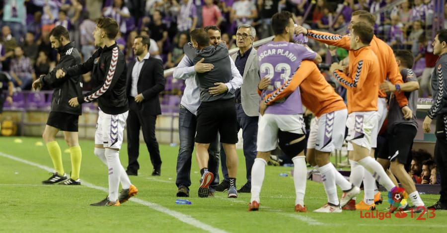 Sergio González es abrazado tras conseguir la clasificación para el play-off de ascenso | <em><strong>Foto: LaLiga</strong></em>