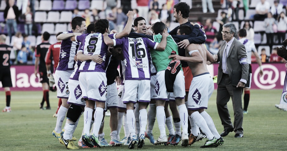 El Real Valladolid celebra, sobre el césped de Zorrilla, la salvación de la temporada 2012/2013 | <em><strong>Foto: Vavel.com</strong></em>