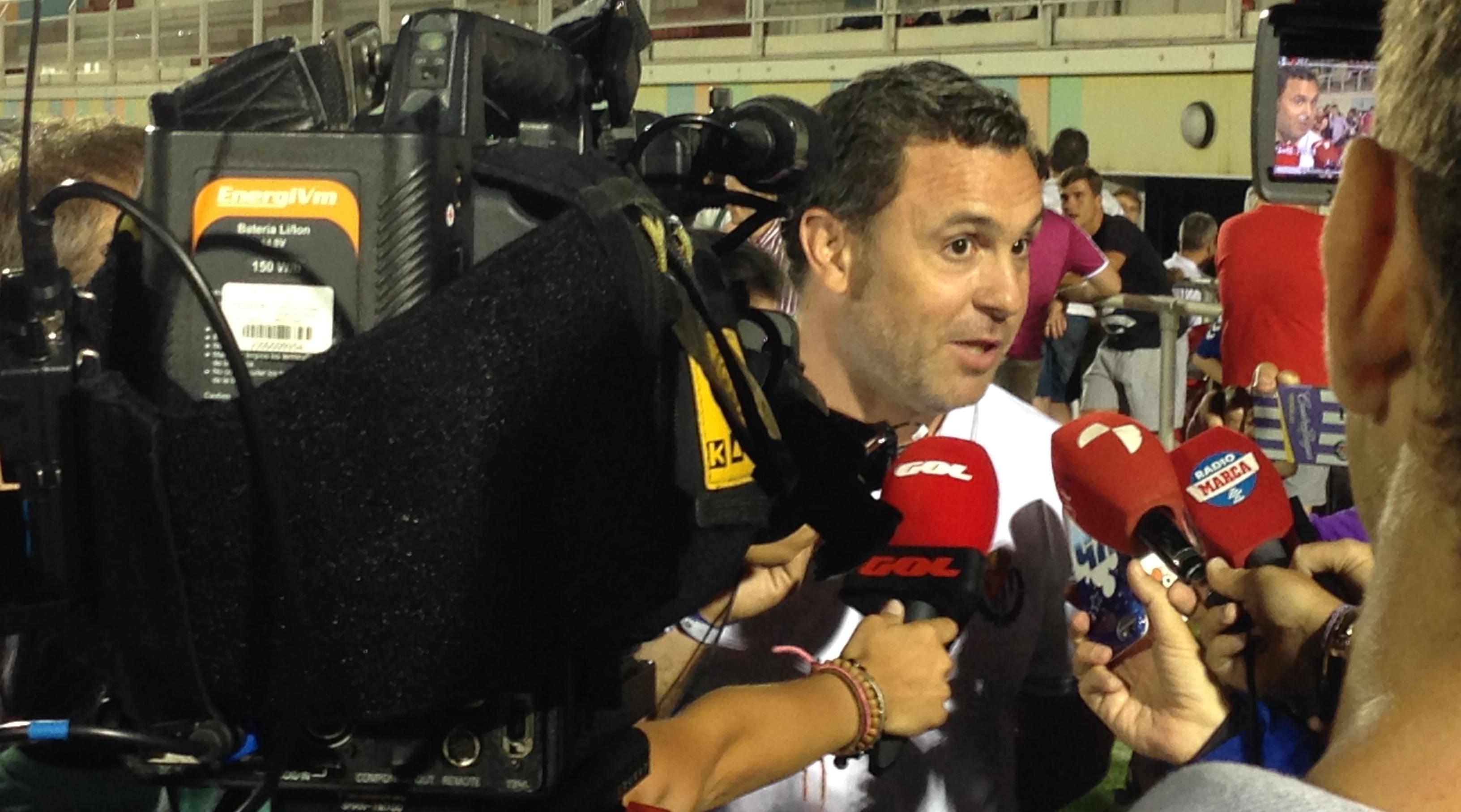 Sergio González, rodeado de medios de comunicación, tras el partidos disputado en Íscar ante el Rayo Vallecano