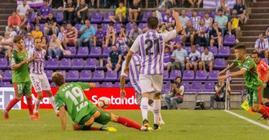 Míchel Herrero, en una de las acciones del partido ante el Deportivo Alavés | <em><strong>Foto: RealValladolid.es</strong></em>