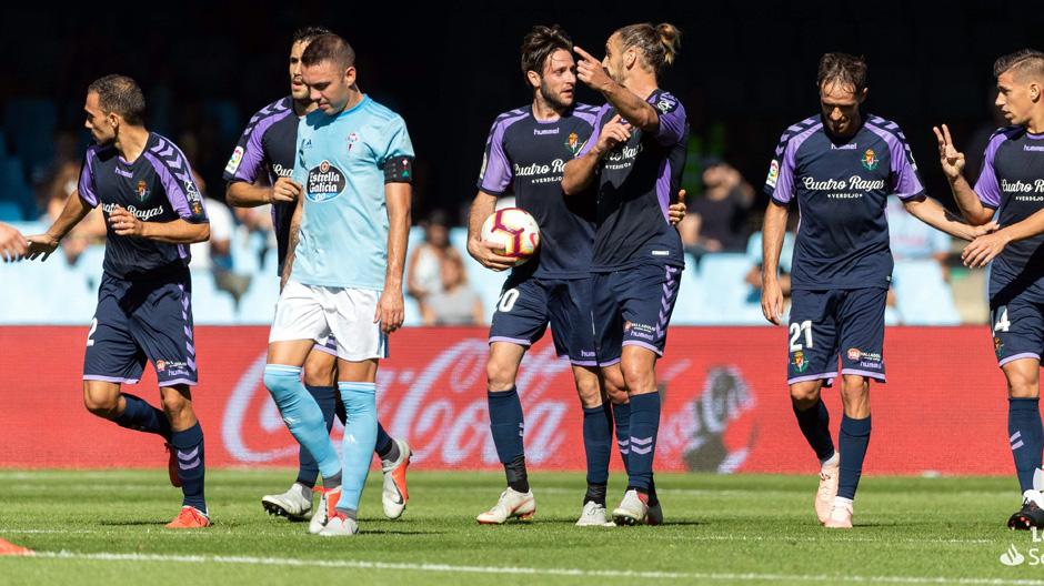 Los jugadores del Real Valladolid dialogan tras el tanto anotado por Óscar Plano | <em><strong>Foto: LaLiga</strong></em>