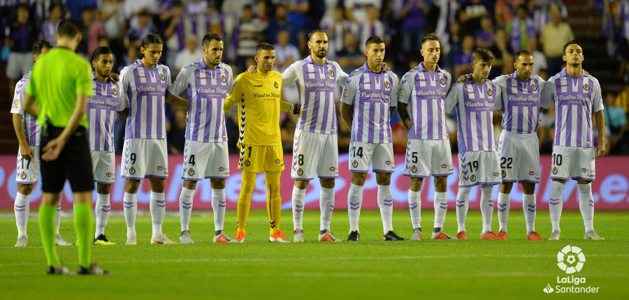 El once titular del Real Valladolid, en el minuto de silencio previo al partido | <em><strong>Foto: LaLiga</strong></em>