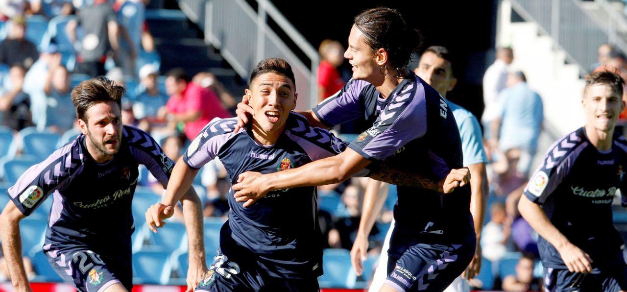 Leo Suárez, eufórico, es abrazado pro Enes Ünal, tras el tanto final del Real Valladolid | <em><strong>Foto: EFE</strong></em>