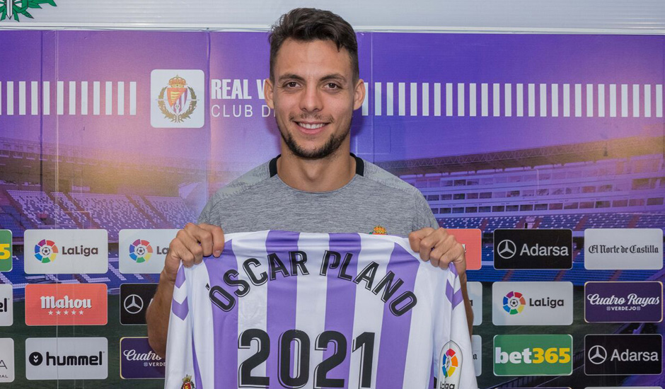 Óscar Plano posa con una camiseta conmemorativa de su renovación en la sala de prensa de Zorrilla | <em><strong>Foto: RealValladolid.es</strong></em>