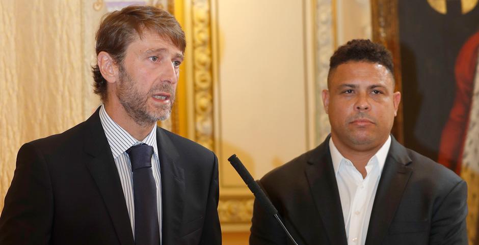 Carlos Suárez y Ronaldo Nazario, en la rueda de prensa tras el cambio en la propiedad del Club | <em><strong>Foto. RealValladolid.es</strong></em>