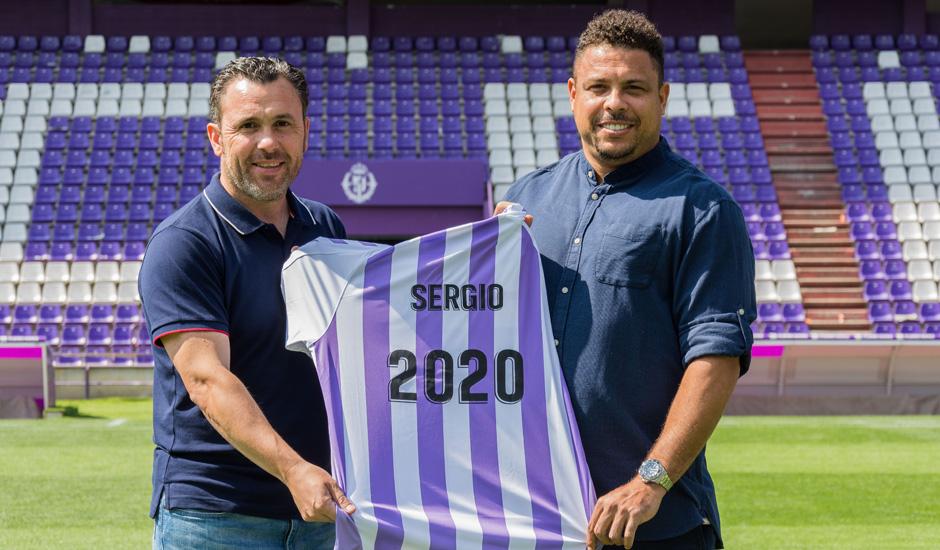 Sergio González, junto a Ronaldo Nazario, en la oficialización de su renovación hasta 2020 | <em><strong>Foto: RealValladolid.es</strong></em>