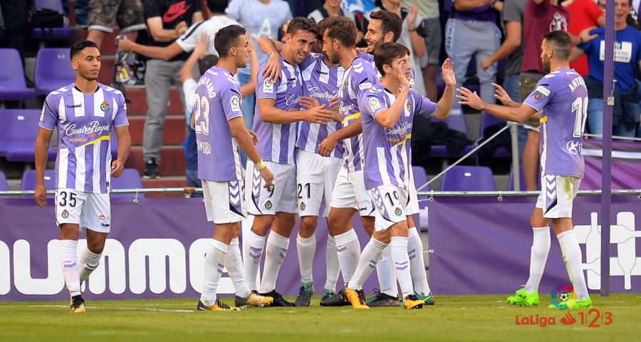 Anuar Tuhami, a la izquierda de la imagen, tras uno de los goles del Pucela a la AD Alcorcón | <em><strong>Foto: RealValladolid.es</strong></em>