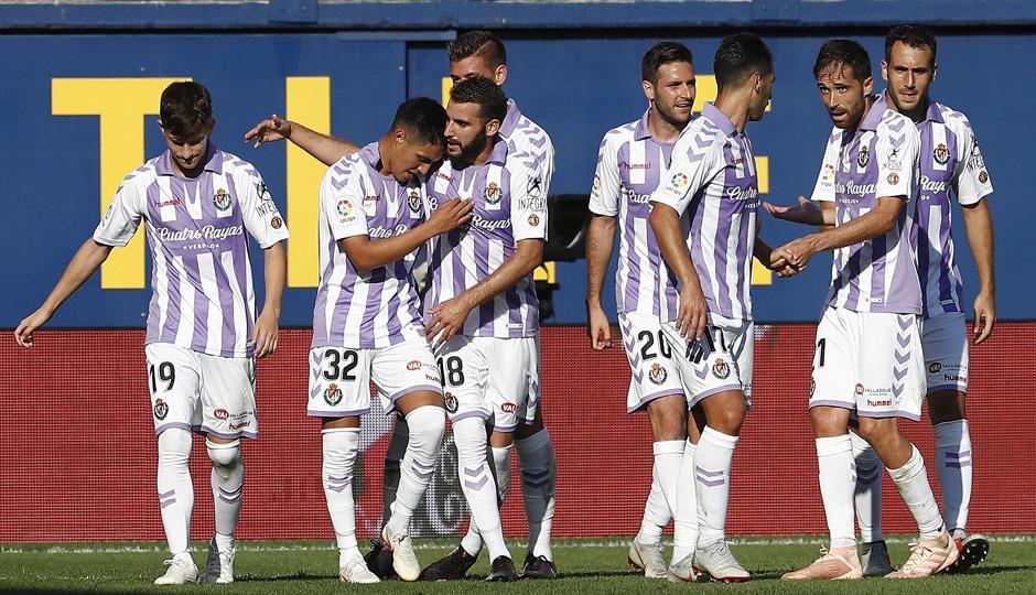Los jugadores del Real Valladolid abrazan a Leo Suárez tras el gol del futbolista argentino | <em><strong>Foto: LaLiga</strong></em>