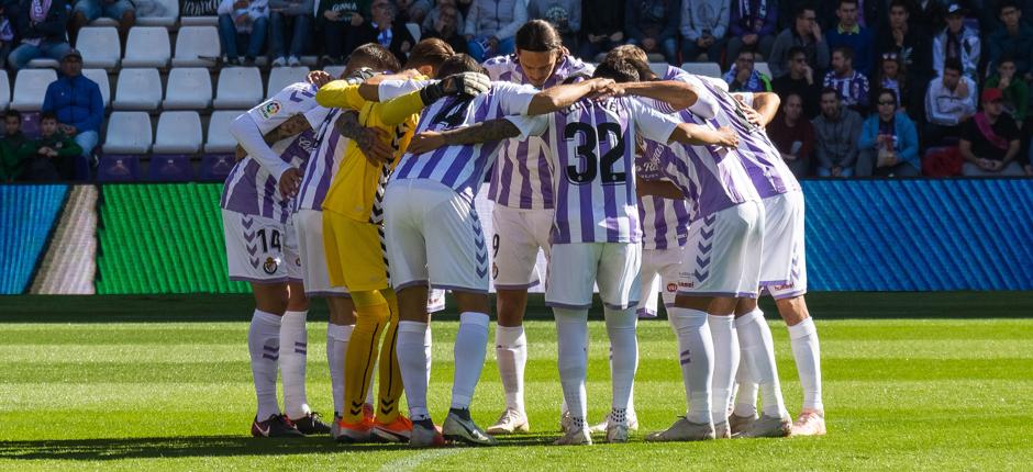Los jugadorespucelanos se conjuran antes del inicio de la segunda parte del duelo ante la SD Huesca | <em><strong>Foto: RealValladolid.es</strong></em>