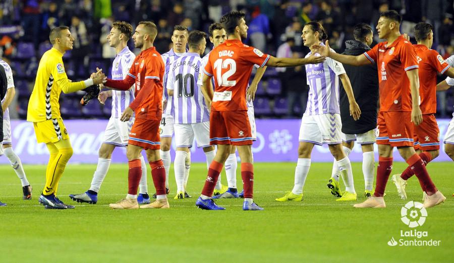 Jugadores de ambos equipos se saludan tras el pitido final en el césped del Estadio José Zorrilla | <em><strong>Foto: LaLiga</strong></em>