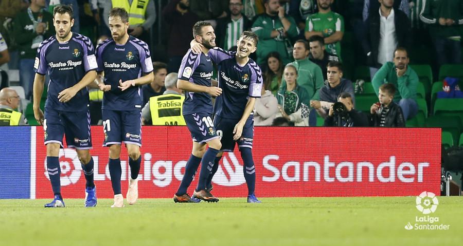Antoñito Regal, felicitado por Toni Villa, tras el tanto de la victoria en el Estadio Benito Villamarín | <em><strong>Foto: LaLiga</strong></em>