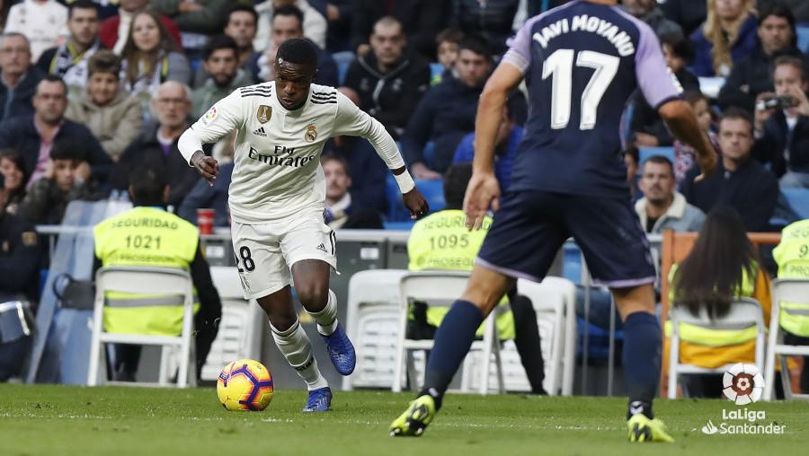 Vinícius encara a Javi Moyano en la acción que cambiaría el partido en el Bernabéu | <em><strong>Foto: LaLiga</strong></em>