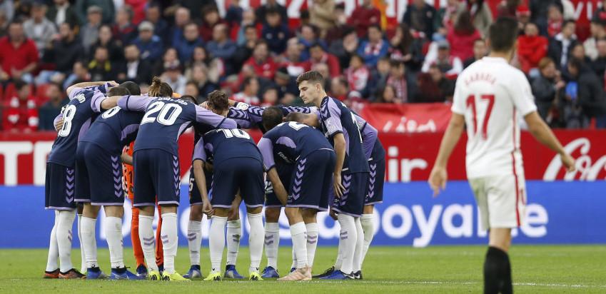 Los jugadores del Real Valladolid, antes del partido en el Estadio Ramón Sánchez Pizjuán | <em><strong>Foto: RealValladolid.es</strong></em>