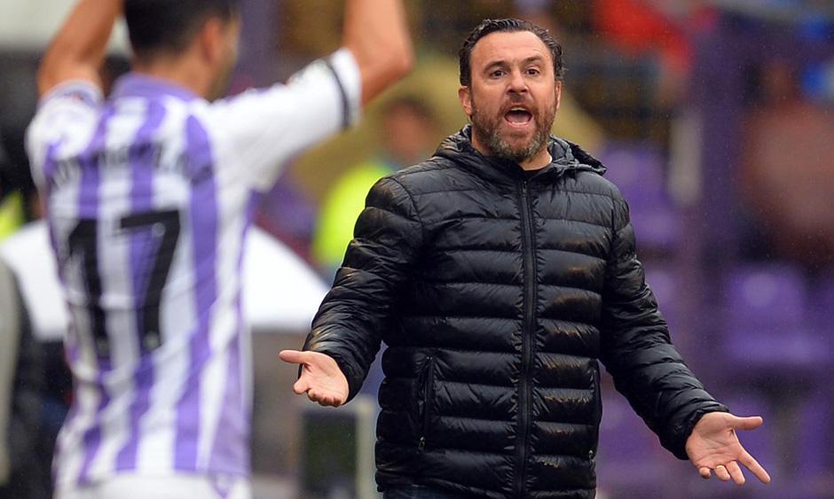 Sergio González, enfadado durante la primera parte del partido ante la Sociedad Deportiva Éibar | <em><strong>Foto: RealValladolid.es</strong></em>