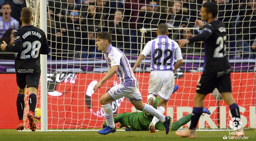 Toni Villa celebra el tanto que recortaba distancias y que otorgaba esperanzas al Real Valladolid | <em><strong>Foto: LaLiga</strong></em>