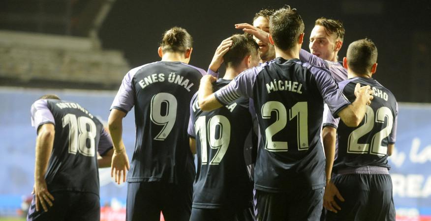 Los jugadores pucelanos felicitan a Toni Villa tras el primer gol del Real Valladolid en San Sebastián | <em><strong>Foto: LaLiga</strong></em>